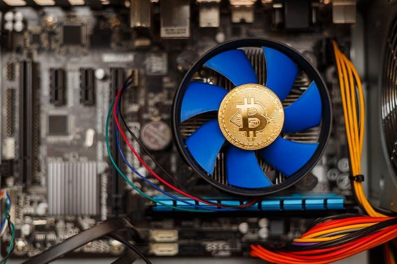 копаене на биткойн златна биткойн монета върху видео карта